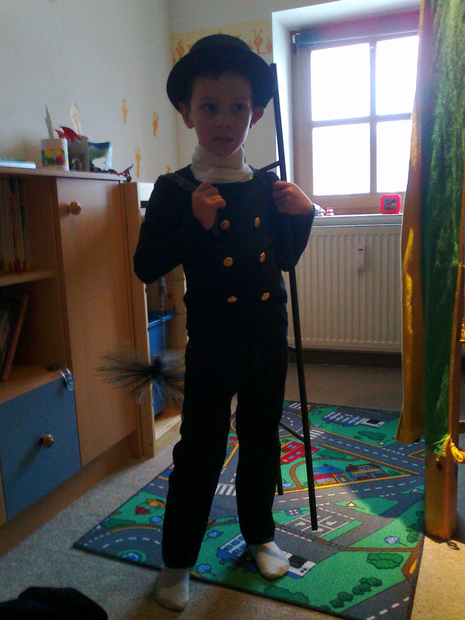 Zu Fasching, im Kindergarten, ist Fabian diesmal der große Schornsteinfeger.