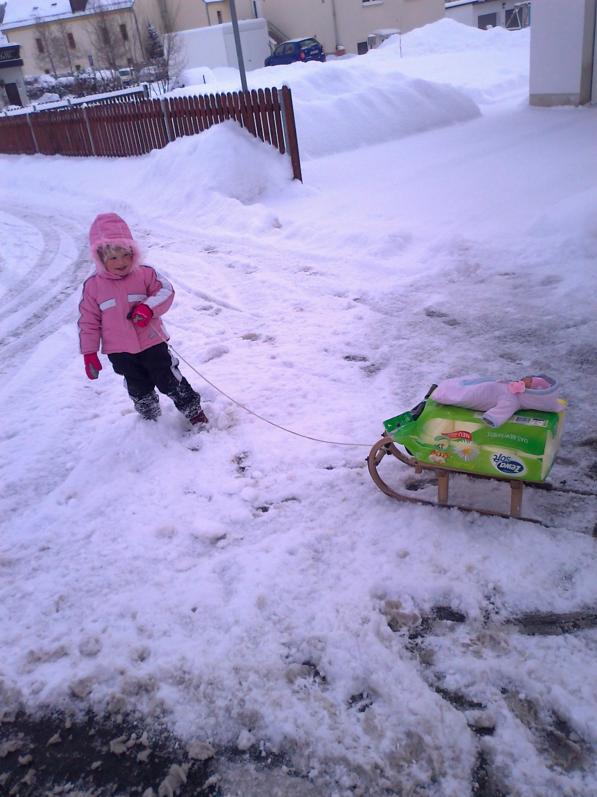 Laura hilft im Winter beim Transport.