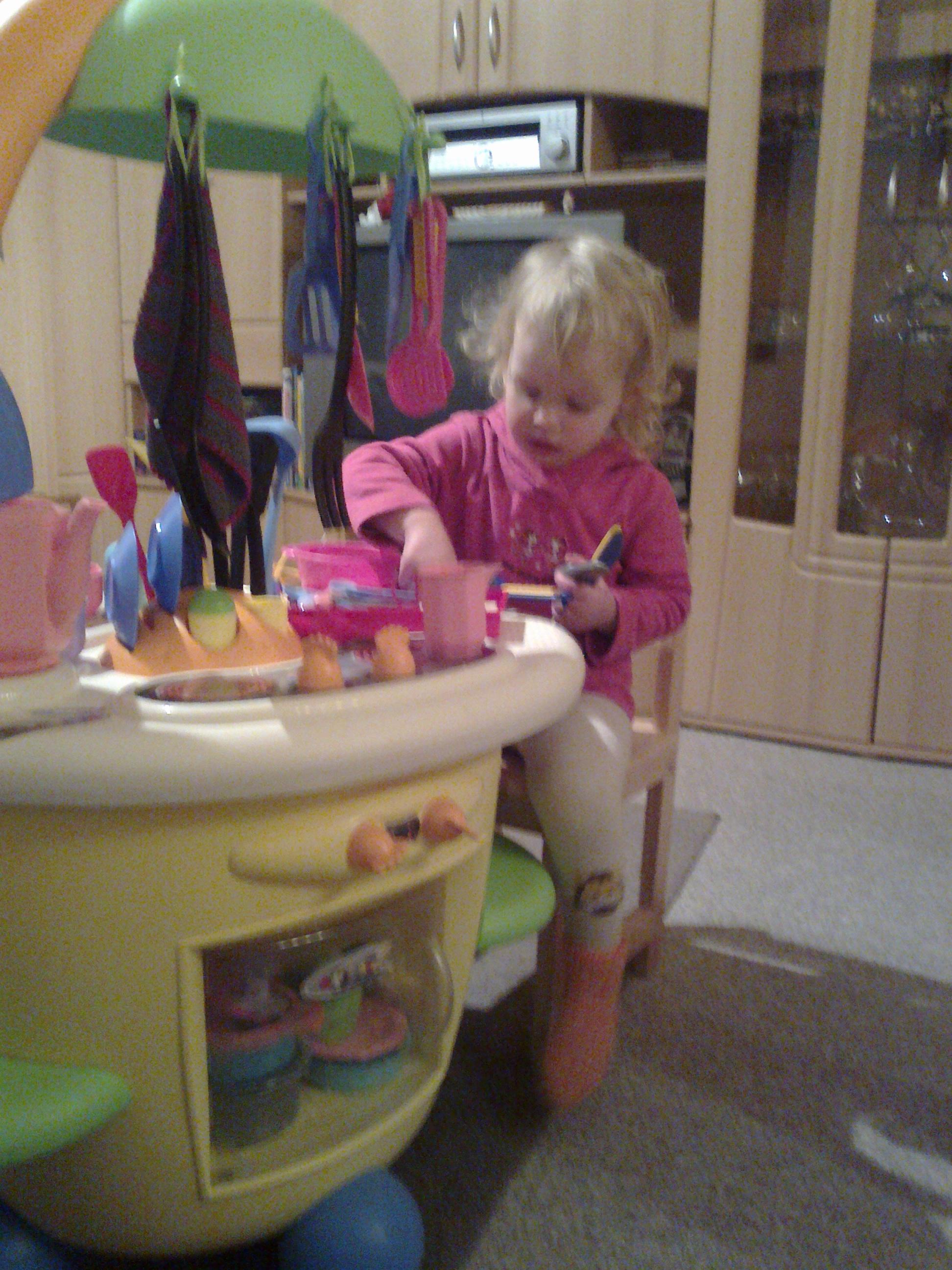 Laura ist glücklich. Sie hat  von Nachbarin Stefanie eine  Spielküche geliehen bekommen.