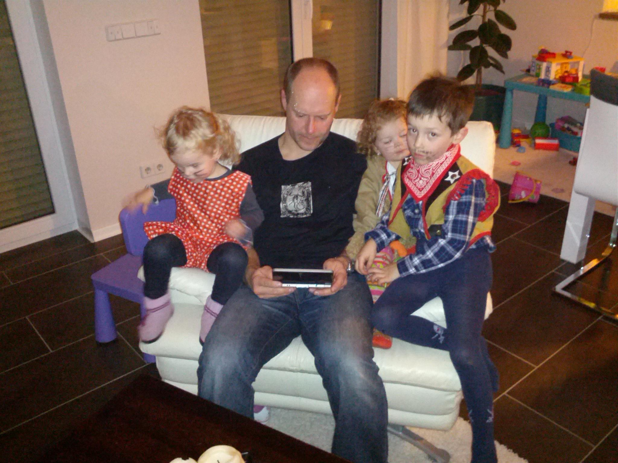Papa beschäftigt sich und die Kinder.