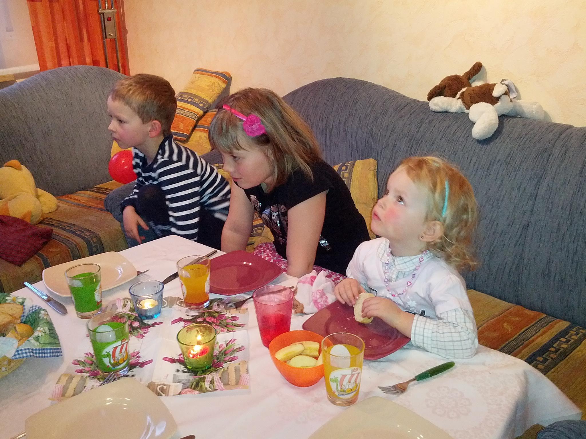 Geburtstagsfeier bei Pascal. Die Kinder werden mit Essen und einem Film abgelenkt.